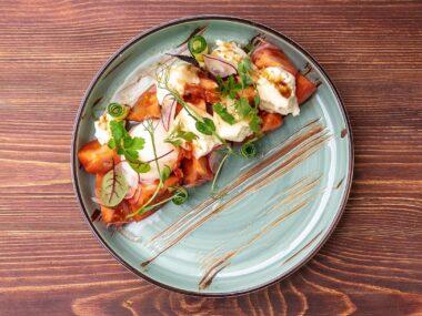 Салат из розовых томатов с сулугуни и яйцом-пашот